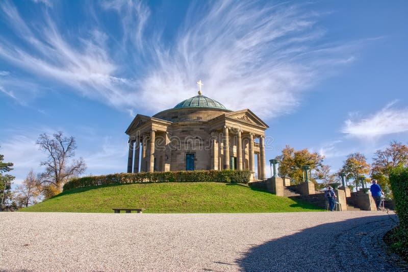 Llegada de la esquina de las nubes Wispy de la tarde de la caída de Stuttgart Grabkapelle imágenes de archivo libres de regalías