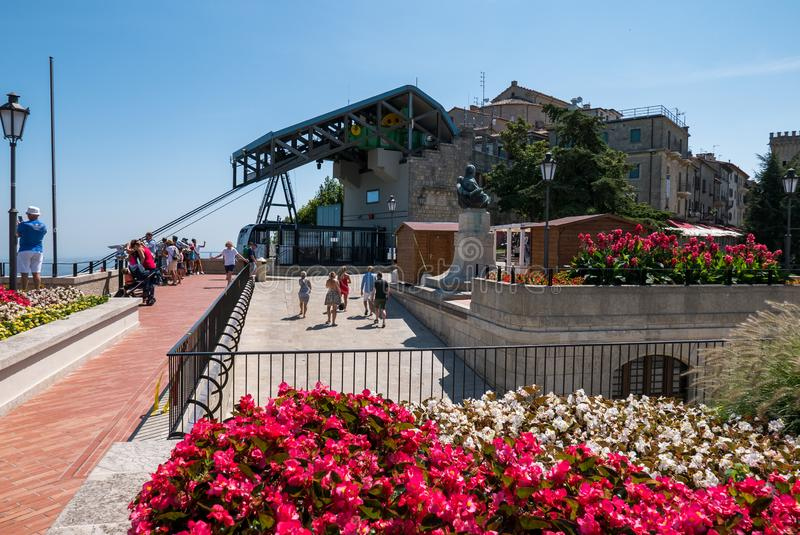 Llegada del cablecarril de San Marino mientras que los turistas admiran la visión espectacular sobre el valle imagen de archivo