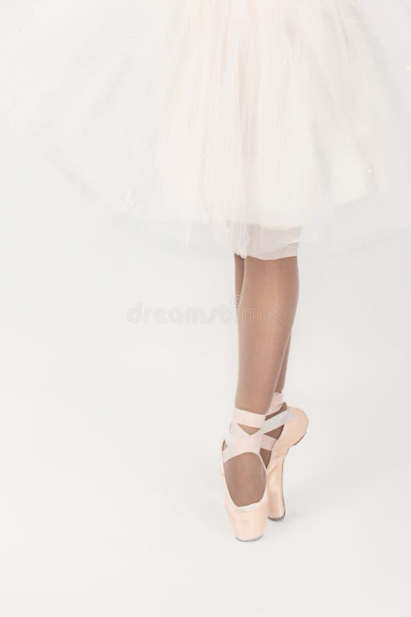 Llegs balerina w pointes i biała suknia odizolowywał o zdjęcia stock