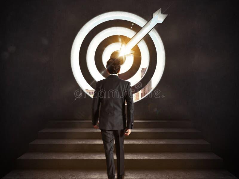 Llegue una meta del éxito Hombre de negocios que sube las escaleras hasta una blanco representación 3d foto de archivo