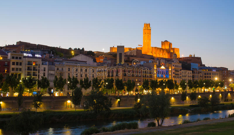 Lleida domkyrka och stad med aftonhimmel arkivbilder