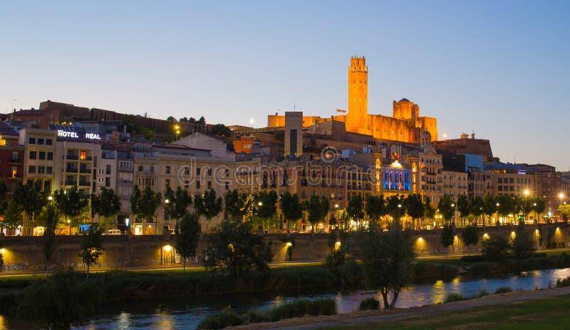 Lleida kathedraal en stad met avondhemel stock afbeeldingen