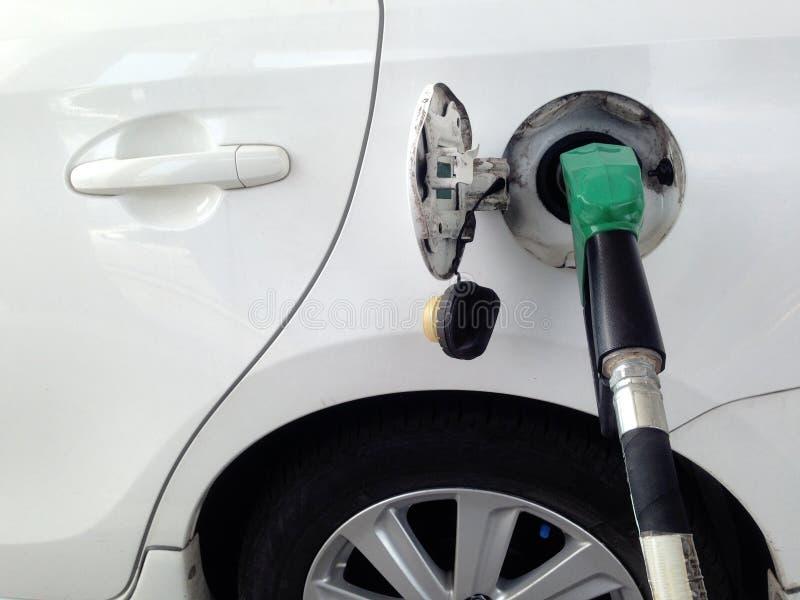 Llenador blanco del combustible del coche en la estación del combustible Dispensador del combustible en la gasolinera imagen de archivo libre de regalías