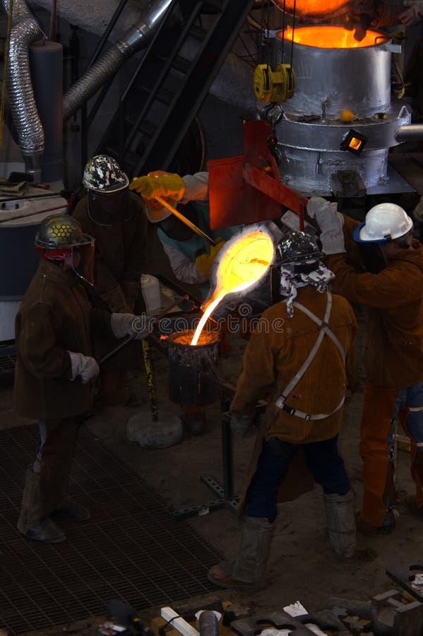 Llenando la taza de la cuchara - trabajadores ocupados foto de archivo libre de regalías