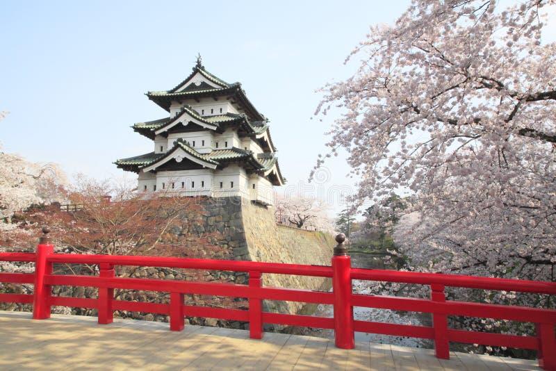Llenas flores de cerezo florecidas y castillo japonés fotos de archivo libres de regalías