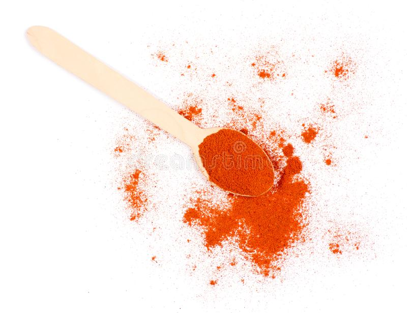 Llene el condimento de la paprika molido en la cuchara blanca de madera del fondo fotografía de archivo libre de regalías