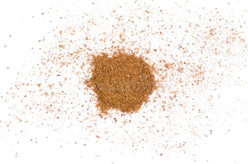 Llene el condimento del coriandro molido en un fondo blanco imagen de archivo