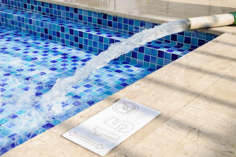 Llene la piscina del agua potable fotos de archivo libres de regalías