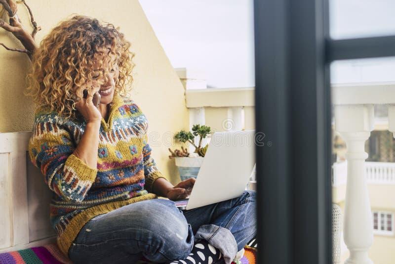 Lleno de imagen del color para la libertad de trabajo de la mujer de la Edad Media en el ordenador portátil al aire libre en la t fotos de archivo libres de regalías