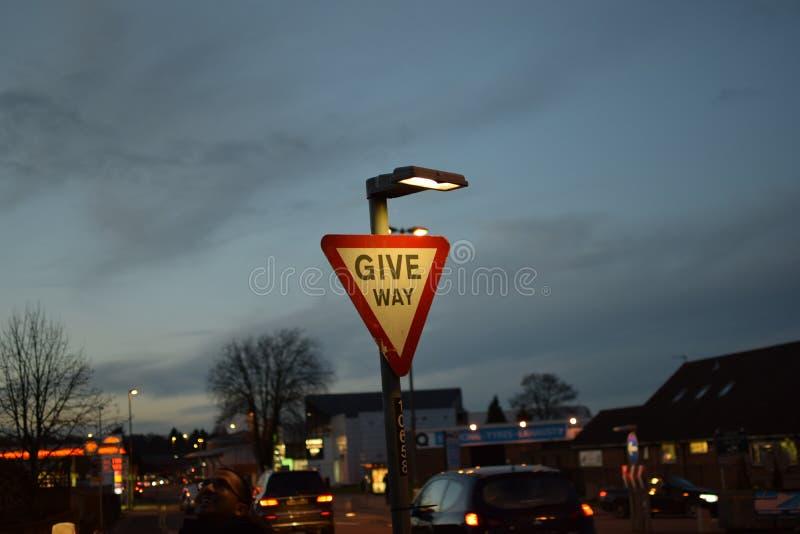 Lleva la señal de tráfico en la noche fotografía de archivo