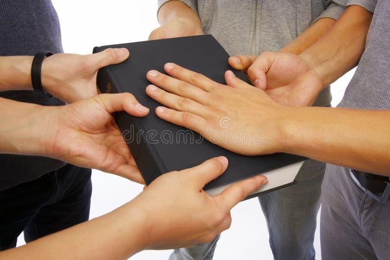 Llevando a cabo la biblia santa y tomar promesas foto de archivo libre de regalías