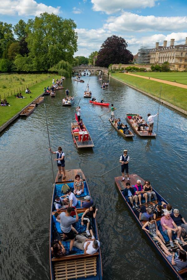 Llevando en batea en verano en la leva del río, Cambridge, Reino Unido fotos de archivo