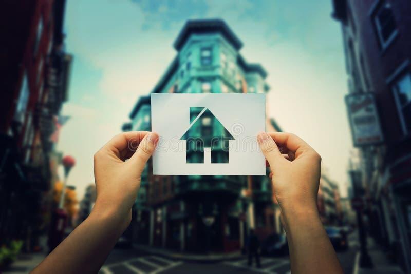 Llevar a cabo el icono de la casa fotos de archivo