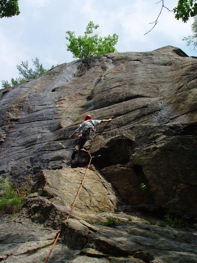 Llevar la subida de la roca imagenes de archivo