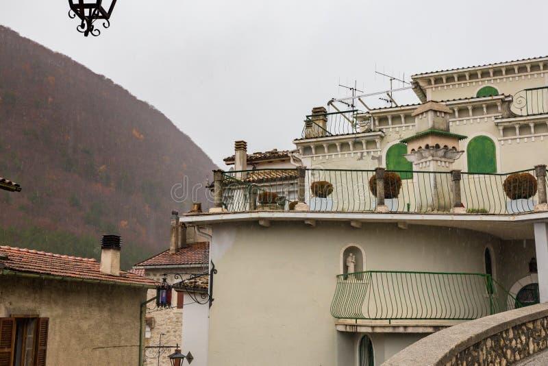 Lleve el centro del pueblo, Villetta Barrea, Abruzos, AIE imagenes de archivo