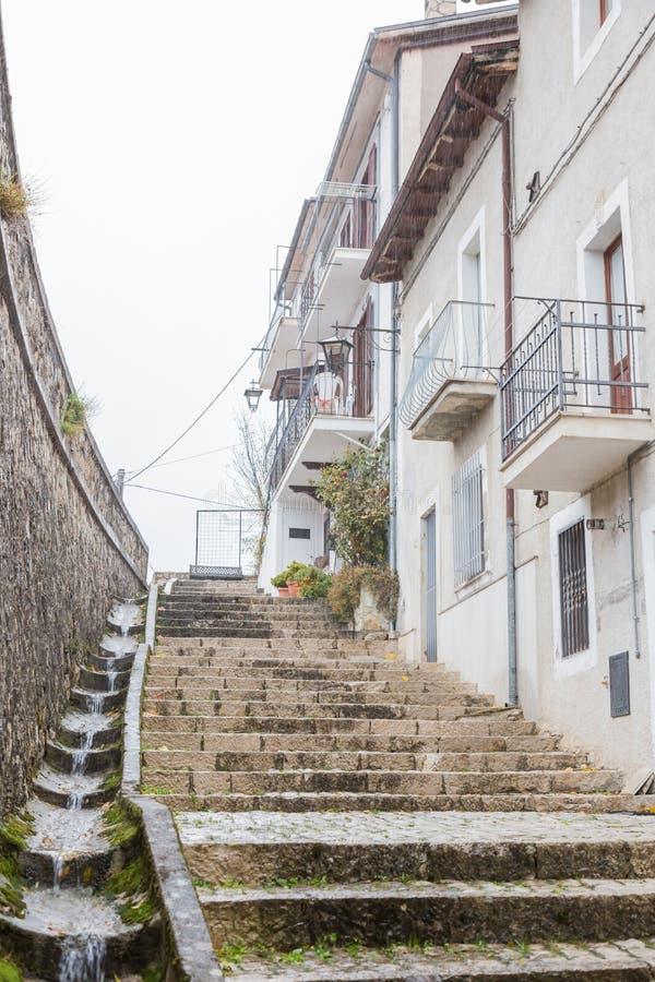 Lleve el centro del pueblo, Villetta Barrea, Abruzos, AIE imágenes de archivo libres de regalías