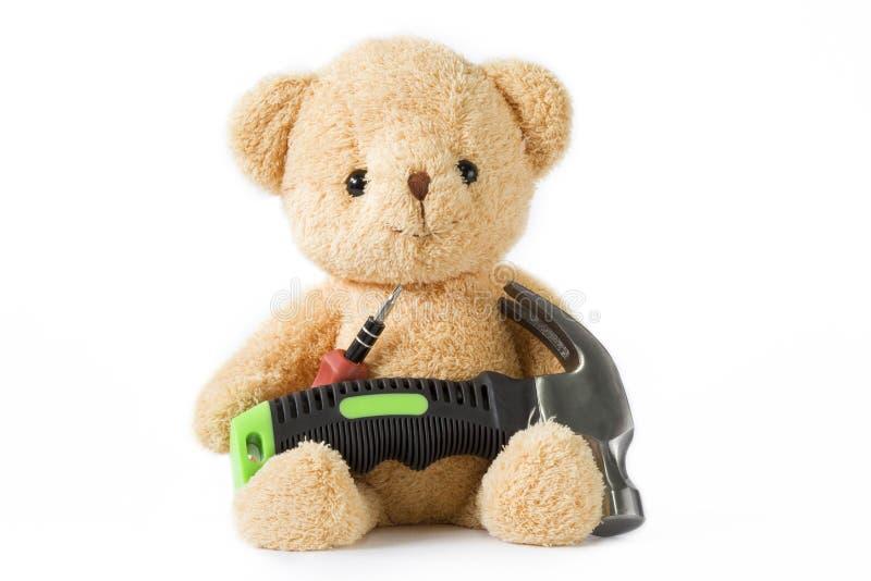 Lleve la muñeca que se sienta con el técnico del destornillador y del martillo en pizca imagen de archivo