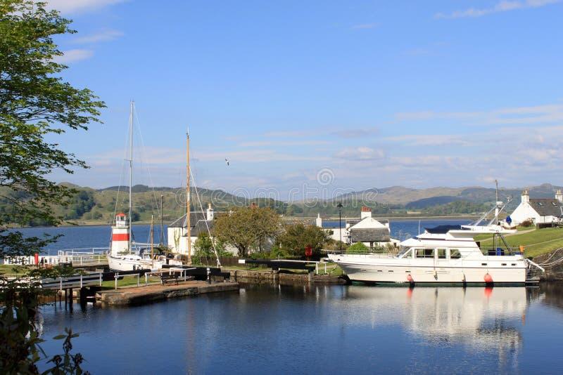 Llighthouse, boot en kanaal het Kanaal van bassincrinan royalty-vrije stock afbeelding
