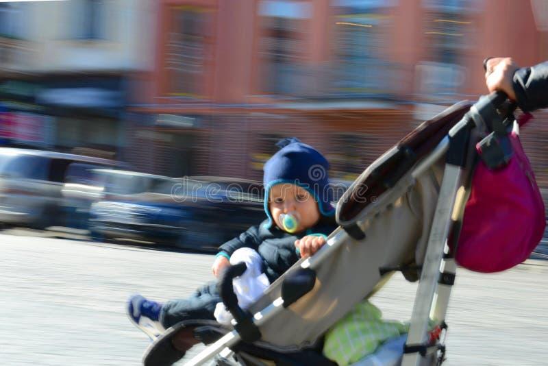 Llittle-Junge in einem Kinderwagen stockfoto