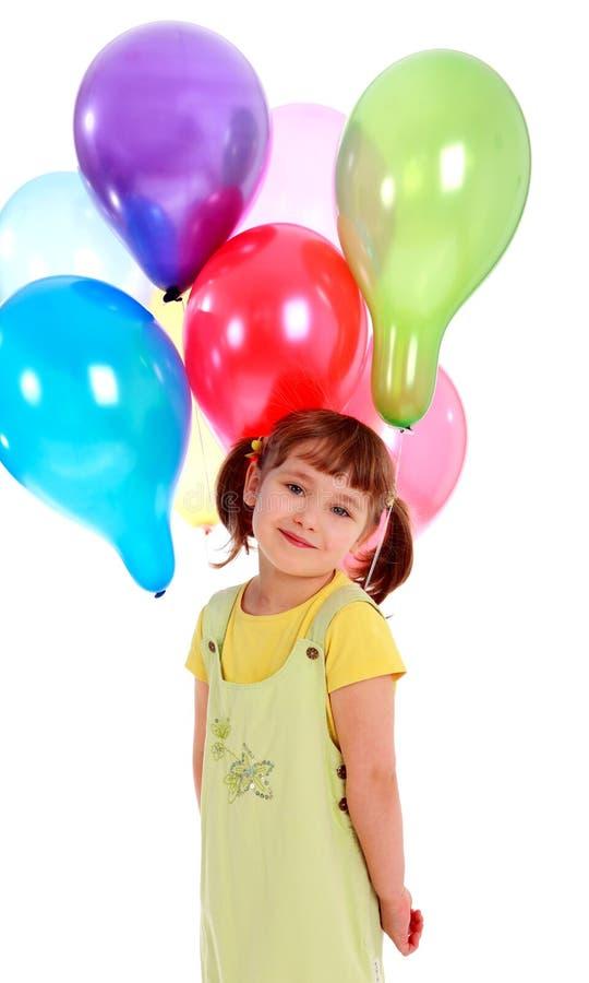 Llittle Mädchen, das bunte Ballone anhält stockbild
