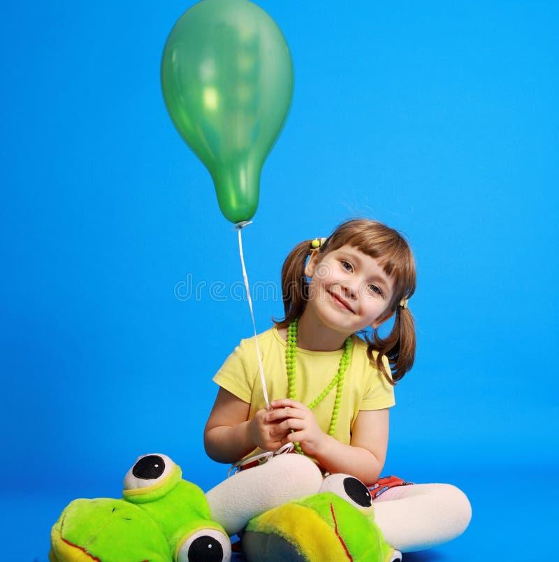 Llittle Mädchen, das bunte Ballone anhält stockfotos
