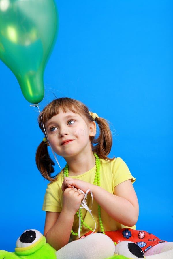 Llittle Mädchen, das bunte Ballone anhält stockfoto