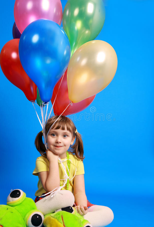 Llittle Mädchen, das bunte Ballone anhält stockbilder
