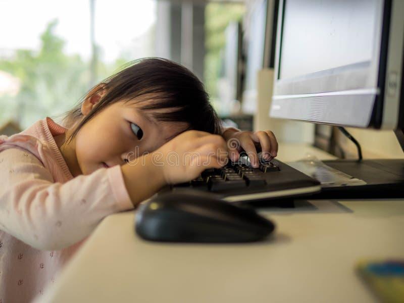 Llittle-Mädchen, das mit Computer, dieses immage sitzt, kann für Ausbildung verwenden lizenzfreies stockfoto