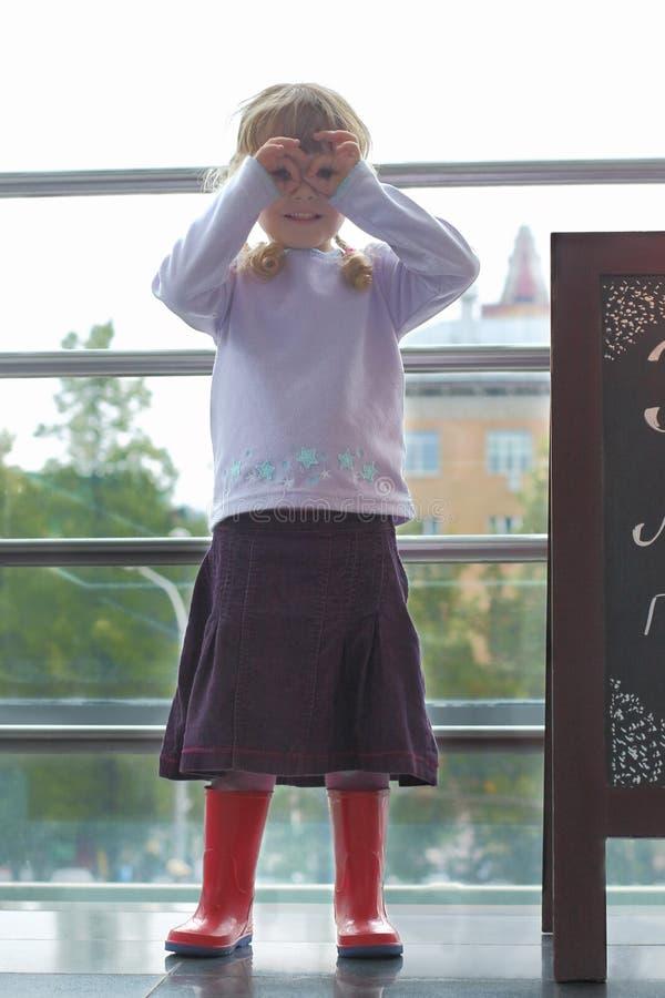Llittle-Mädchen mit ihren Fingern um ihre Augen lizenzfreie stockbilder