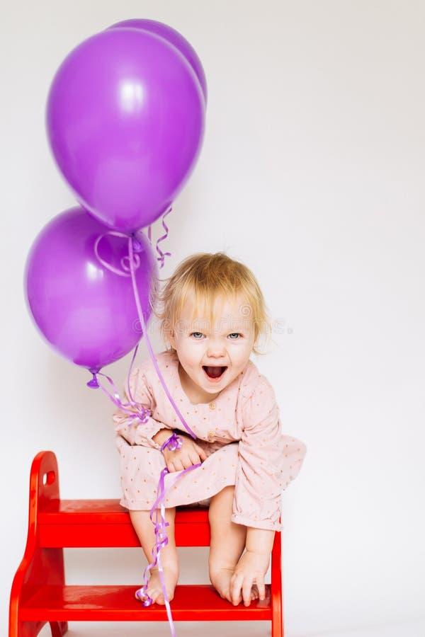 Llittle-Mädchen mit rosa Ballon lizenzfreie stockfotos