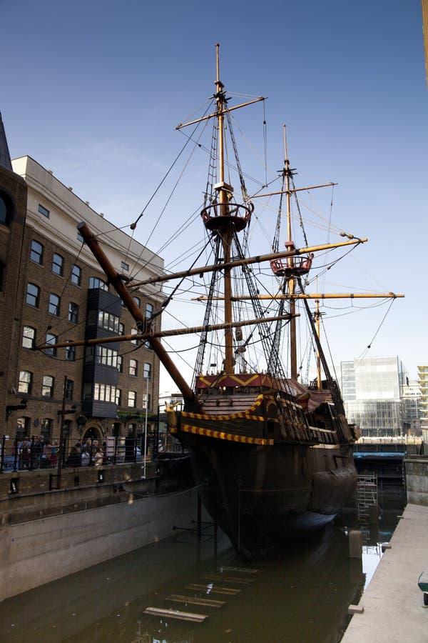 LLONDON,英国- 2014年3月29日法兰西斯・德瑞克s金黄后面船 免版税图库摄影