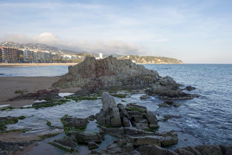 Lloret在海滩旁边的de 3月,科斯塔brava村庄  免版税库存图片
