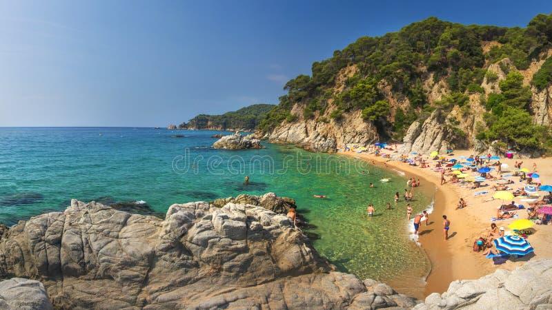 Lloret de Mar Costa Brava, Spanien - august 24, 2018: Fantastisk sikt av platjastranden för Cala Sa Boadella i Lloret de Mar av C arkivfoto