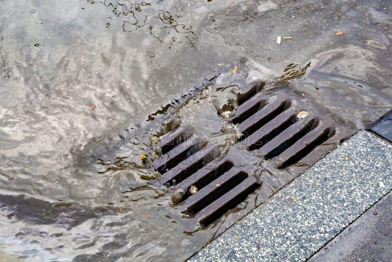 Llueva fluir en un sistema de alcantarillado de la precipitación excesiva imágenes de archivo libres de regalías