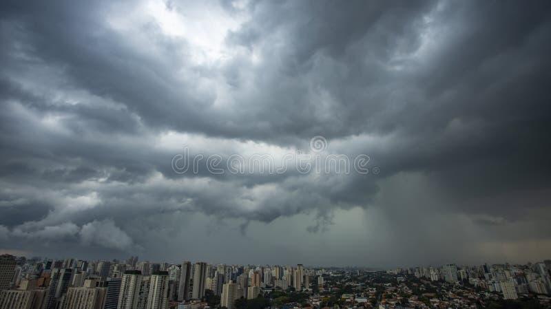 Llueve muy fuerte en la ciudad de Sao Paulo foto de archivo libre de regalías