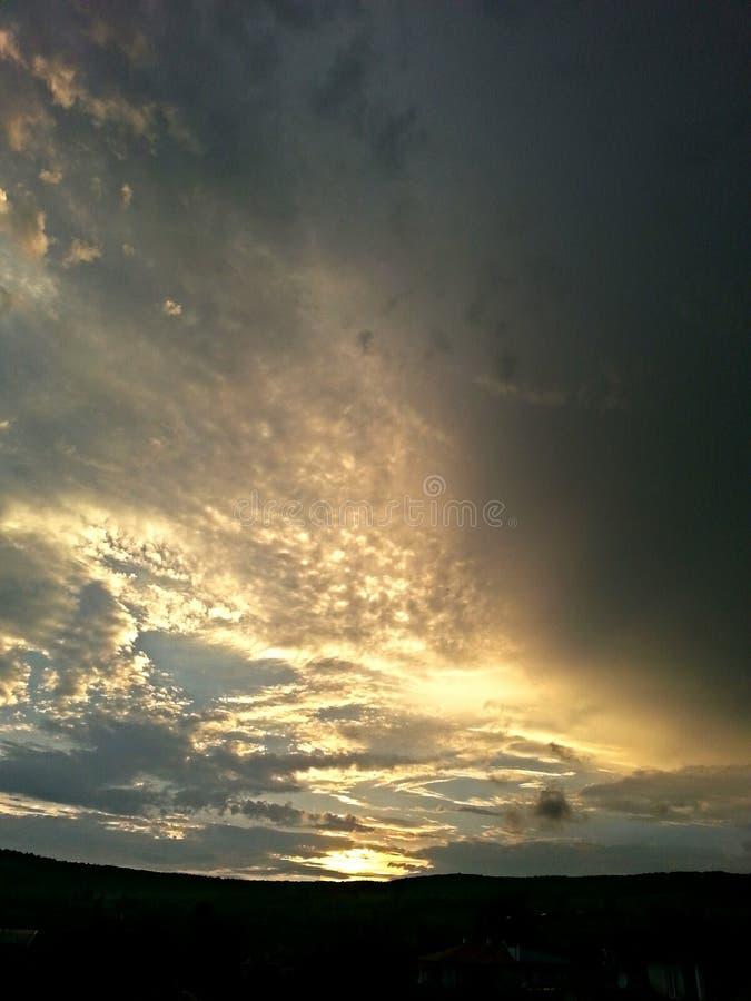 Lluvia antes de la puesta del sol fotos de archivo
