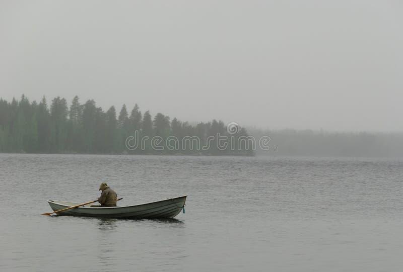 Lluvia de la niebla del barco del pescador fotos de archivo libres de regalías