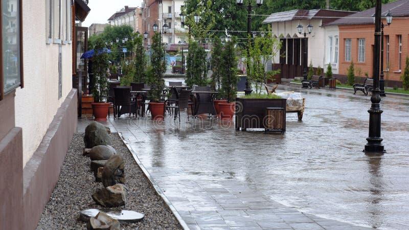 Lluvia de mayo en la calle peatonal de Nalchik fotos de archivo