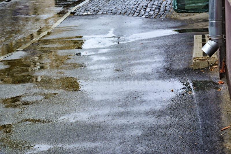 Lluvia del verano Lluvia el caer raindrops Charcos con las burbujas en el pavimento Asfalto mojado Mún tiempo Estación de la lluv fotos de archivo