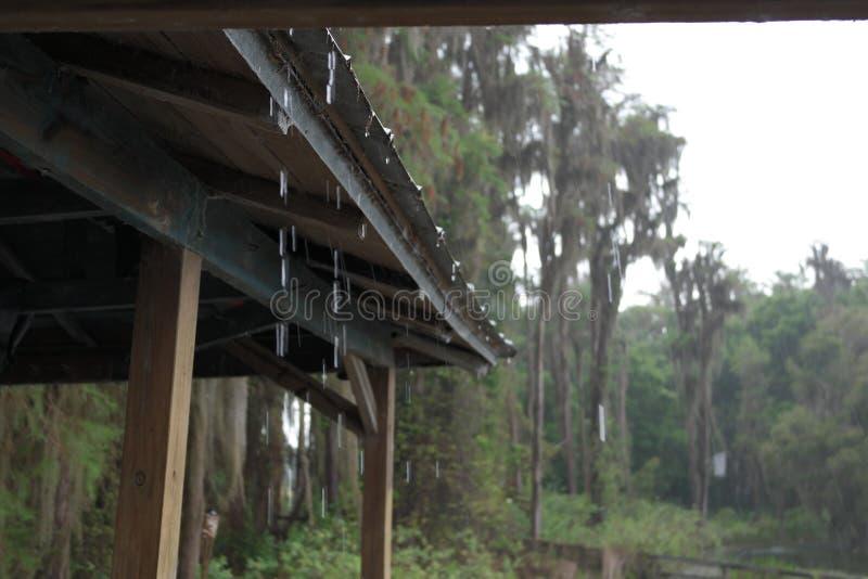 Lluvia en cubierta imagenes de archivo