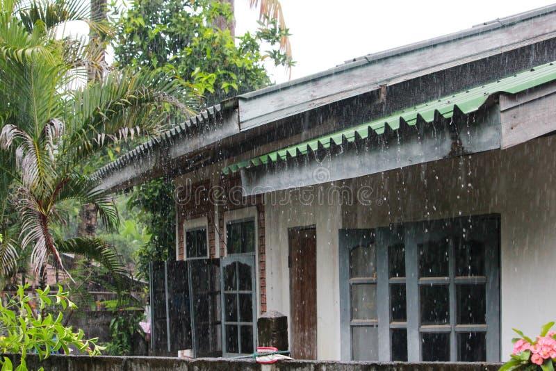 Lluvia en el tejado verde imagen de archivo