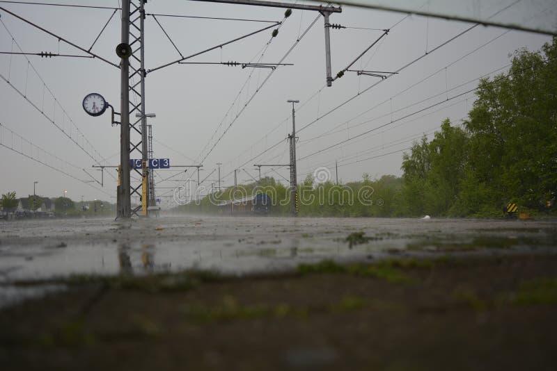 Lluvia en la vía del tren imagenes de archivo