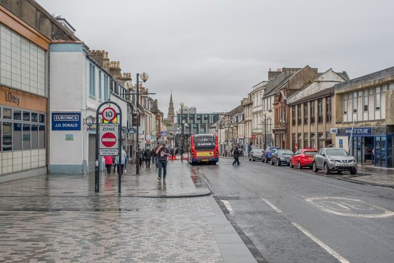 Lluvia escocesa pesada de Irvine During de la calle principal en Ayrshire del norte Escocia imagen de archivo libre de regalías