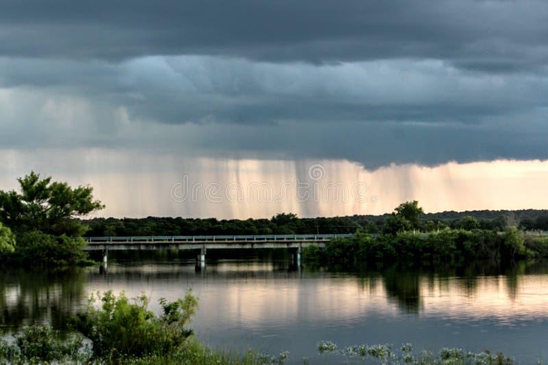 Lluvia sobre el puente foto de archivo libre de regalías