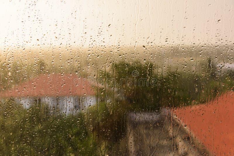 Lluvia sobre el vidrio fotografía de archivo libre de regalías
