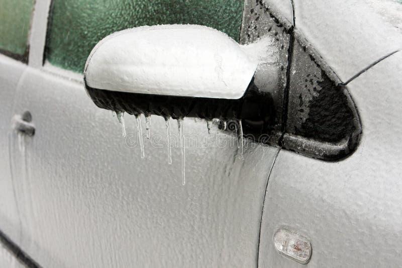Lluvia sobrefundida en un coche imagenes de archivo