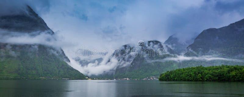 Lluvia y nubes debajo del lago de la montaña en Hallstatt en primavera foto de archivo libre de regalías