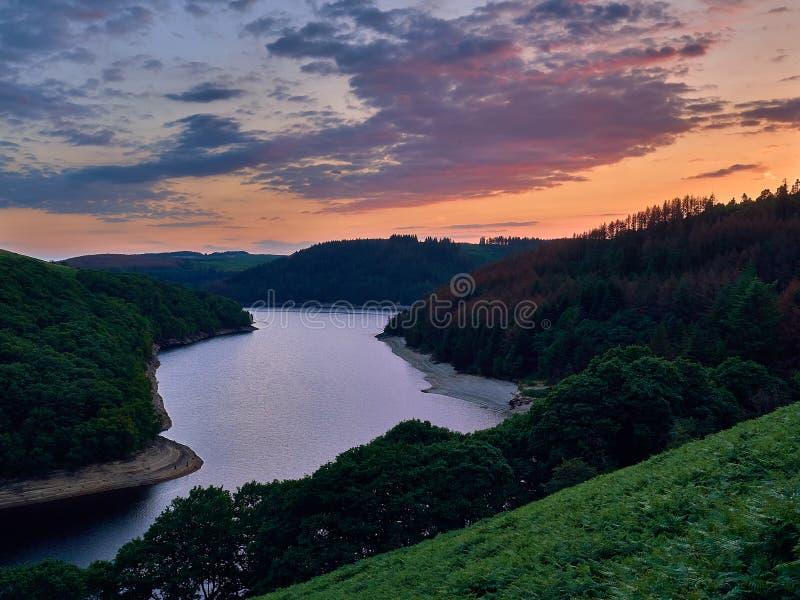 Llyn Brianne Reservoir en la puesta del sol foto de archivo libre de regalías