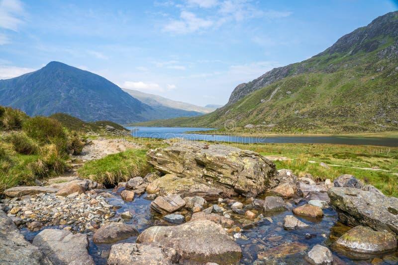 Llyn Idwal is een klein meer dat binnen Cwm Idwal in de Glyderau-bergen van Snowdonia ligt royalty-vrije stock foto's