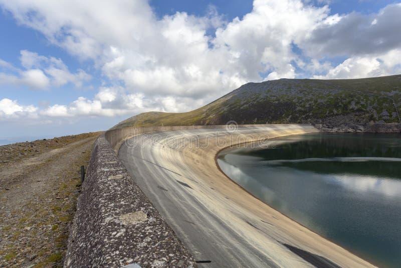 Llyn Marchlyn Mawr与氢结合的电水库 免版税库存图片